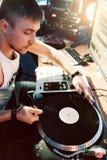 discjockey som gör musik i inspelningstudion arkivbilder