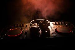 discjockey som rotera, blandar och skrapar i en nattklubb, händer av styrning för spår för dj-nyp olik på djs däck, strobeljus oc Royaltyfria Bilder