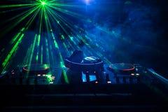 discjockey som rotera, blandar och skrapar i en nattklubb, händer av styrning för spår för dj-nyp olik på dj \ 's-däck, strobelju Royaltyfria Bilder