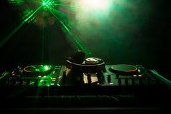 discjockey som rotera, blandar och skrapar i en nattklubb, händer av styrning för spår för dj-nyp olik på dj \ 's-däck, strobelju Royaltyfria Foton