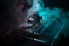 discjockey som rotera, blandar och skrapar i en nattklubb, händer av styrning för spår för dj-nyp olik på dj \ 's-däck, strobelju Arkivbild