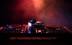 discjockey som rotera, blandar och skrapar i en nattklubb, händer av styrning för spår för dj-nyp olik på dj \ 's-däck, strobelju Arkivbilder