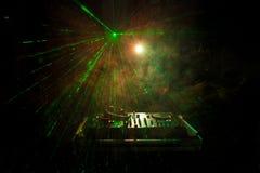 discjockey som rotera, blandar och skrapar i en nattklubb, händer av styrning för spår för dj-nyp olik på dj \ 's-däck, strobelju Fotografering för Bildbyråer