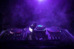 discjockey som rotera, blandar och skrapar i en nattklubb, händer av styrning för spår för dj-nyp olik på dj \ 's-däck, strobelju Royaltyfri Foto