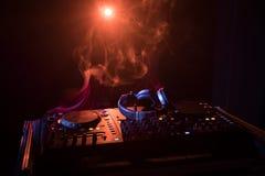 discjockey som rotera, blandar och skrapar i en nattklubb, händer av styrning för spår för dj-nyp olik på dj \ 's-däck, strobelju Royaltyfri Bild