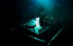 discjockey som rotera, blandar och skrapar i en nattklubb, händer av styrning för spår för dj-nyp olik på dj \ 's-däck, strobelju Royaltyfri Fotografi