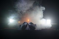 discjockey som rotera, blandar och skrapar i en nattklubb, händer av styrning för spår för dj-nyp olik på djs däck, strobeljus oc Arkivfoton