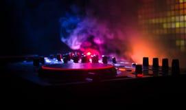 discjockey som rotera, blandar och skrapar i en nattklubb, händer av styrning för spår för dj-nyp olik på djs däck, strobeljus oc Fotografering för Bildbyråer