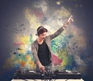 discjockey som spelar musik Arkivfoto