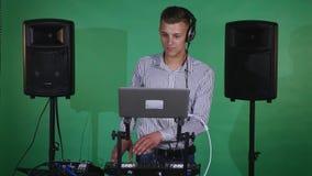 discjockey som spelar musik på blandarecloseupen lager videofilmer