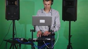 discjockey som spelar musik på blandarecloseupen arkivfilmer
