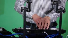discjockey som spelar musik på blandarecloseupen, precis händer lager videofilmer