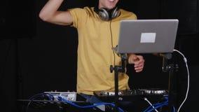 discjockey som spelar musik på blandaren och att dansa lager videofilmer