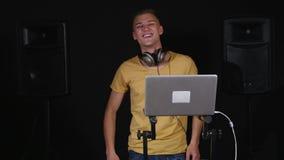 discjockey som spelar musik på blandaren och att dansa stock video