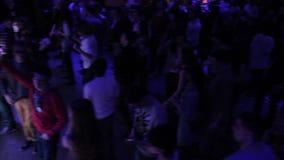 discjockey som utför på nattklubben, allmänhet som tycker om bra musik som dansar stock video