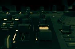 discjockeyblandare i en musikstudio, slut upp Fotografering för Bildbyråer