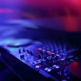 discjockeyblandaren med färgat ljus riktar uppmärksamheten på diskon royaltyfri foto