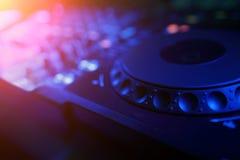 discjockeyblandaren med färgat ljus riktar uppmärksamheten på diskon royaltyfria foton