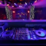 discjockeyblandaren med färgat ljus riktar uppmärksamheten på diskon arkivbilder