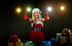 discjockeyflicka i jul för en santa hatt Arkivfoto