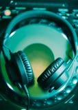 discjockeyhörlurar på CD musikspelaren Arkivbild