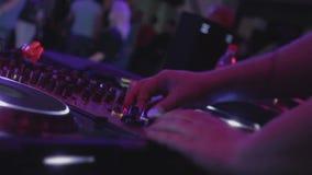 discjockeyhand som spelar elektronisk musik på partiet, offentligt tyckande om ljud stock video