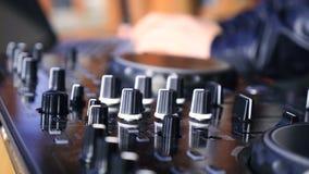 discjockeylek på den ljudsignal produktionkonsolen stock video