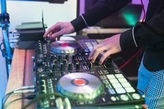 discjockeylekar och blandningmusik på digital blandarekontrollant Kontrollant för närbilddiscjockeykapacitet, digitalt midi skivt arkivbild