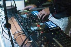 discjockeylekar och blandningmusik på digital blandarekontrollant Kontrollant för närbilddiscjockeykapacitet, digitalt midi skivt royaltyfri foto