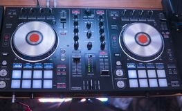 discjockeylekar och blandningmusik på digital blandarekontrollant Kontrollant för närbilddiscjockeykapacitet, digitalt midi skivt royaltyfri bild
