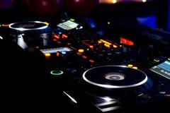 discjockeymusikdäck, skivtallrikar och utrustning Royaltyfri Bild