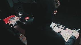 discjockeymusiknattklubb, discjockeyteknik - CD-spelare och discjockeykonsol under partiet arkivfilmer