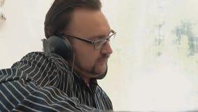 discjockeyn arbetar för en discjockeykonsol På diskot arkivfilmer