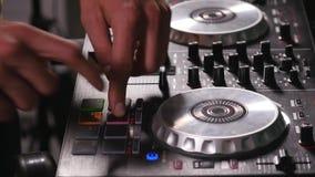 discjockeyn blandar sånger på utrustning, räcker closeupen stock video
