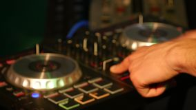 discjockeyn blandar sånger på utrustning, räcker closeupen arkivfilmer