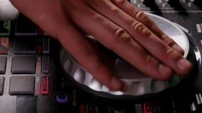 discjockeyn flyttar skarpt kontroll- och snurrskivan stock video