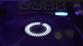 discjockeyn kontrollerar den solida konsolen f?r blandande husmusik i nattklubb r diskett stock video