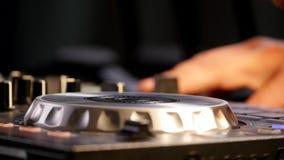 discjockeyn rotera skivan på utrustningen stock video