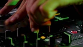 discjockeyn rotera skivan på utrustningen lager videofilmer