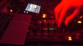 discjockeyn som spelar musik, blandande ljud, räcker closeupen arkivfilmer