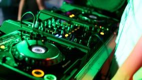 discjockeyn spelar bak skrivbordet i en nattklubb stock video
