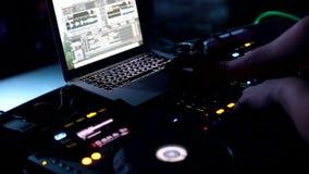 discjockeyn spelar musik på en nattklubb, parti, har kopplar av folket gyckel och Dansa all natt stock video