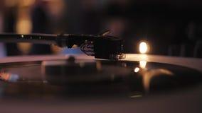 discjockeyn spelar vinylskivtallrikar I en nattklubb - stång stock video