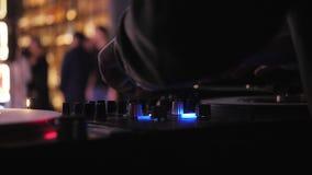 discjockeyn spelar vinylskivtallrikar I en nattklubb - stång lager videofilmer