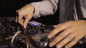 discjockeyn vänder rekorden på klubbahandsikten i modern nattklubb stock video