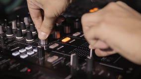 discjockeyn vänder rekorden på klubbahandsikten i modern nattklubb lager videofilmer