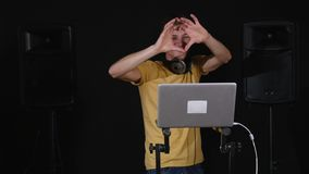discjockeyn visar hjärta vid hans händer och dans lager videofilmer