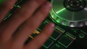 discjockeypiruettregulatorer på utrustningen arkivfilmer