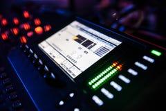 discjockeysoundboard eller blandande konsolbruk i solid inspelning och reproduktion arkivfoton