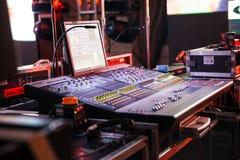 discjockeysoundboard eller blandande konsolbruk i solid inspelning och reproduktion arkivfoto